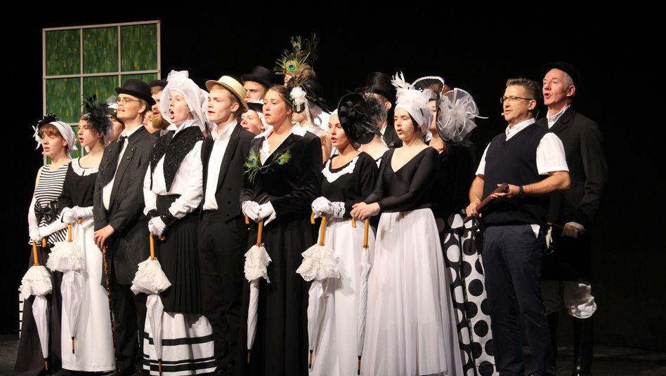 """Szene aus """"My Fair Lady""""-Probe mit Schülern des Brunsbütteler Gymnasiums 2019: Im Publikum fehlen die Lehrer"""