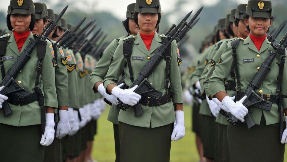 """Indonesische Soldatinnen (Archivbild 2010): """"Grausame, unmenschliche und erniedrigende Tests"""""""