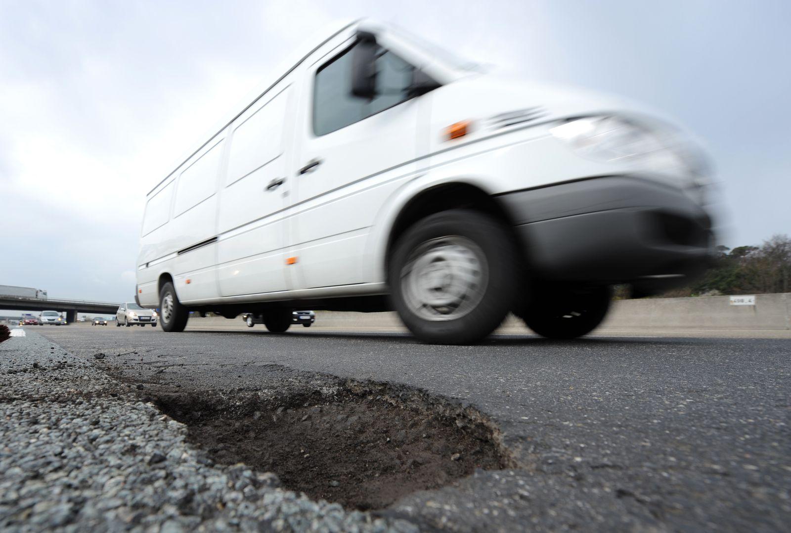 Autobahnmeisterei bessert Asphaltschaden aus