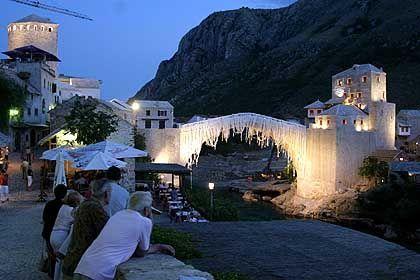 Friedlich nebeneinander: 11 Jahre nach ihrer Zerstörung wurde die alte Brücke in Mostar 2004 wieder eingeweiht