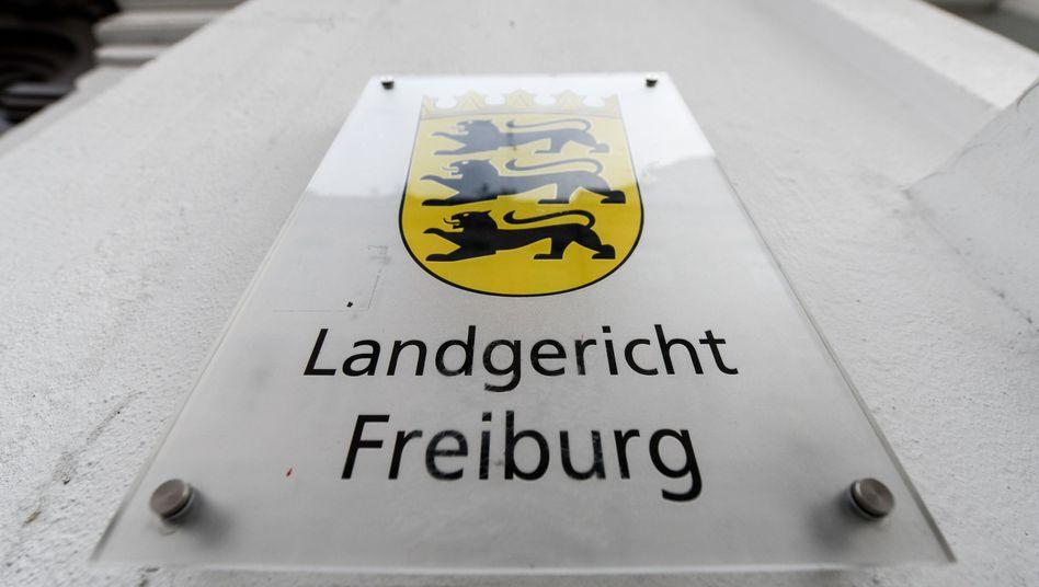 Schild am Landgericht Freiburg