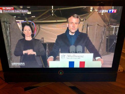 Präsident Macron spricht im Fernseher von Krieg -hier aus Mulhouse