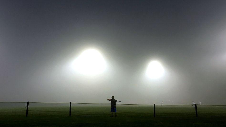 Landen hier Aliens? Nein. Ein Junge schaut im Nebel bei einem Baseball-Game zu, im Dorf Nyack im Bundesstaat New York (2016)