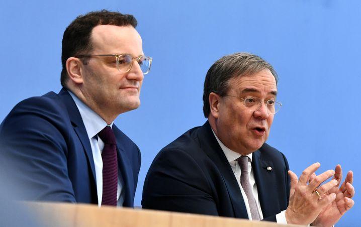 Spahn (l.) und Laschet in der Bundespressekonferenz