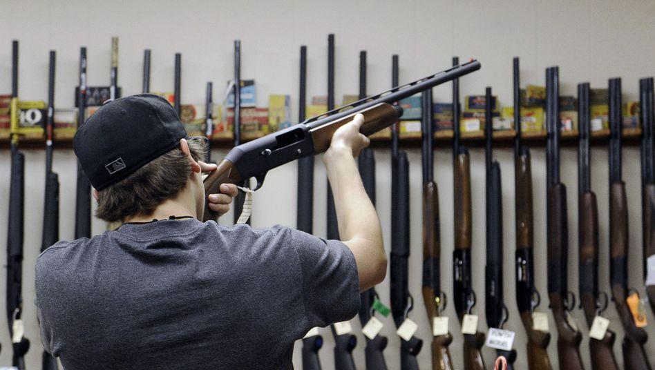 Mann in einem Waffenladen in Texas: Furcht vor Verboten befeuert Waffenkäufe