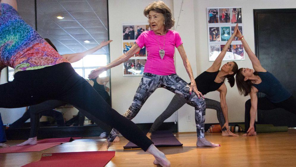 Guinness Rekord So Lebt Die Alteste Yogalehrerin Der Welt Der Spiegel