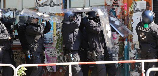 Berlin: Polizei bricht Tür zu »Rigaer 94« auf