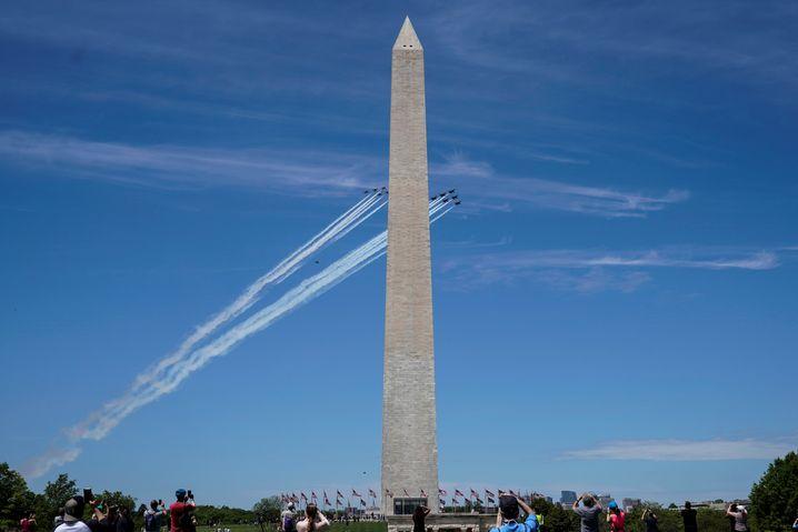 Zeichen der Anerkennung: Formationsflüge am Washington Monument in Washington D.C.
