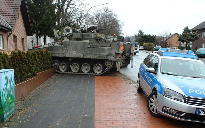 Gemeinde Borchen bei Paderborn: Panzer im Vorgarten