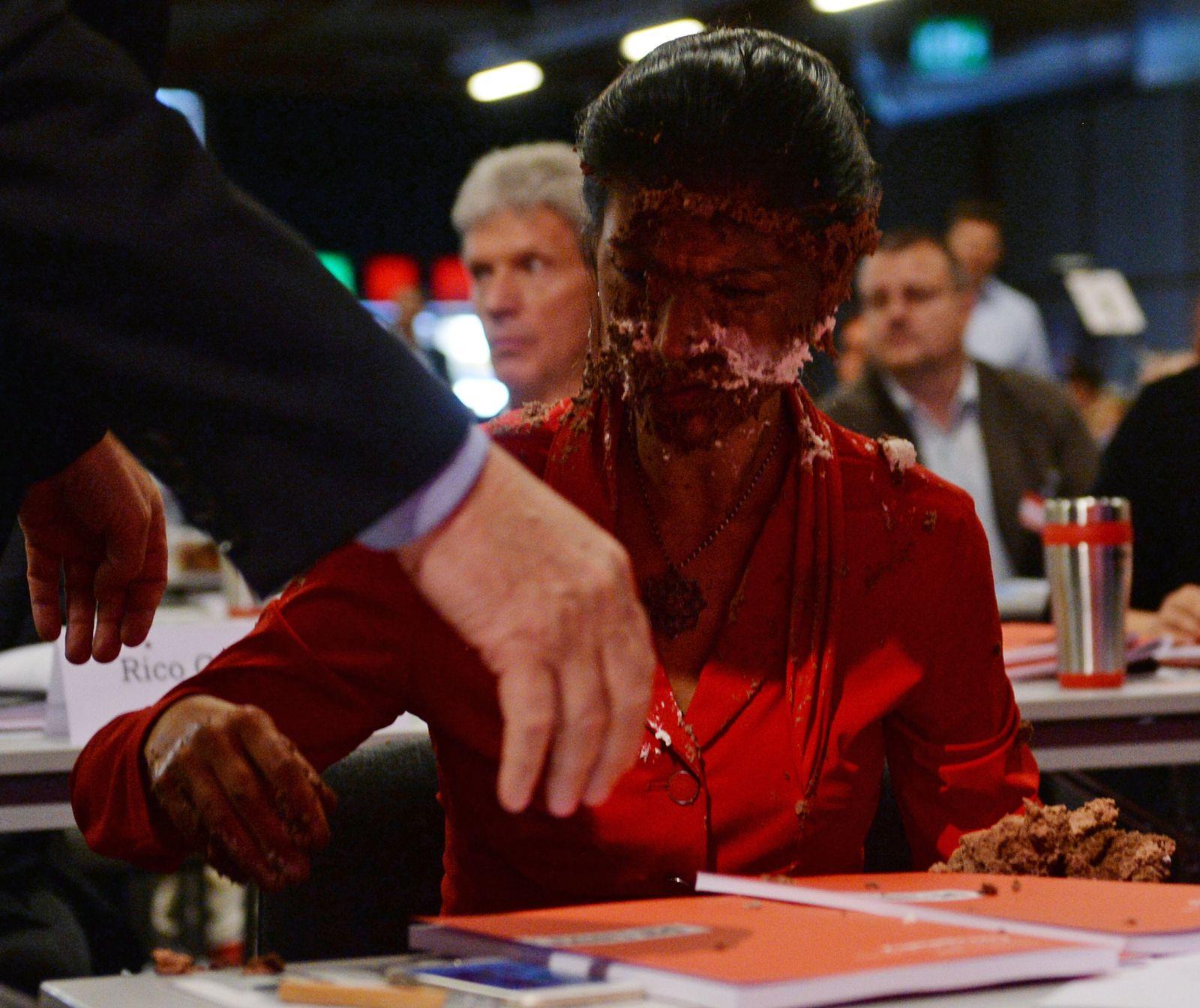 Die Linke - Bundesparteitag - Wagenknecht mit Torte
