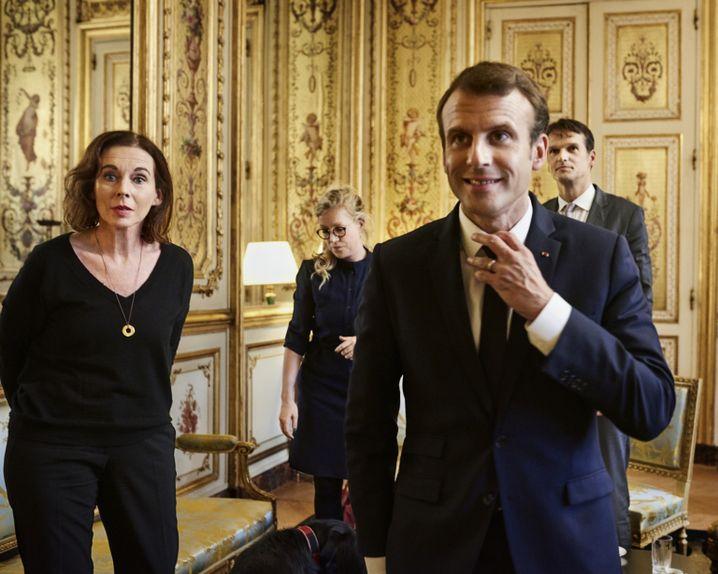 Präsident Macron mit den Spiegel-Redakteuren Britta Sandberg, Julia Amalia Heyer und Klaus Brinkbäumer im Élysée-Palast