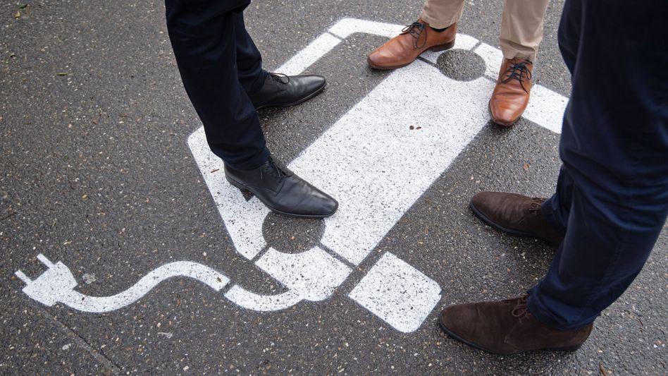 Parkplatzmarkierung, die ein Elektroauto symbolisiert