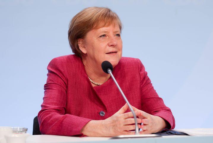 Angela Merkel hat sich bei Ärztinnen, Pflegern und anderen Klinikmitarbeitern und Klinikmitarbeiterinnen für deren Einsatz bedankt