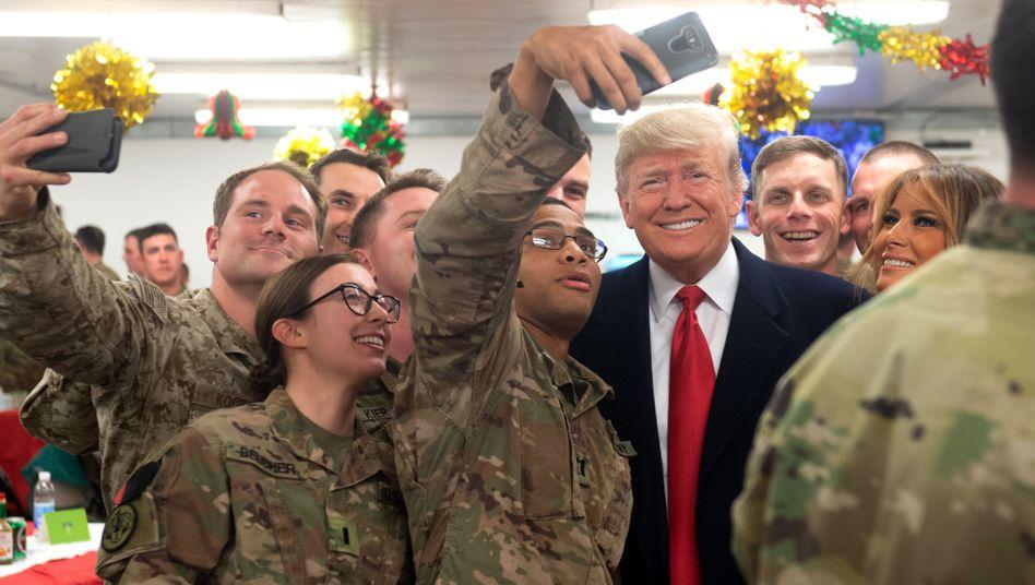 US-Soldaten machen ein Selfie mit US-Präsident Trump im Irak