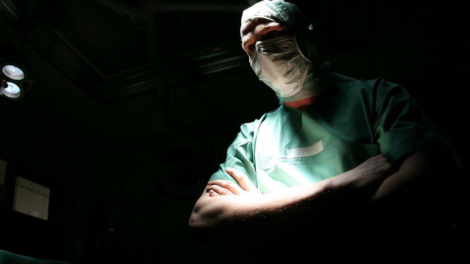Arzt im Operationssaal: Moralische Grundsätze werden auf die Probe gestellt