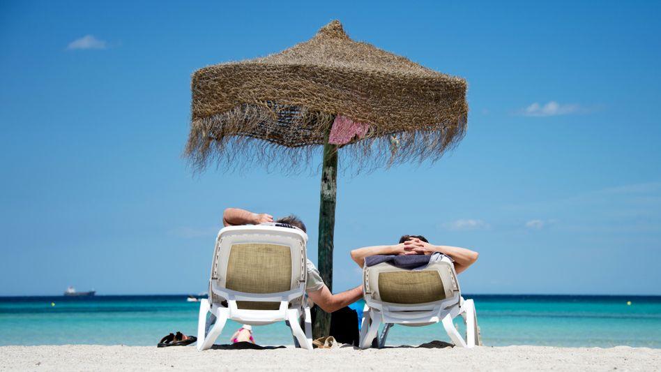 Deutsche Urlauber am Strand von Mallorca (Symbolbild)