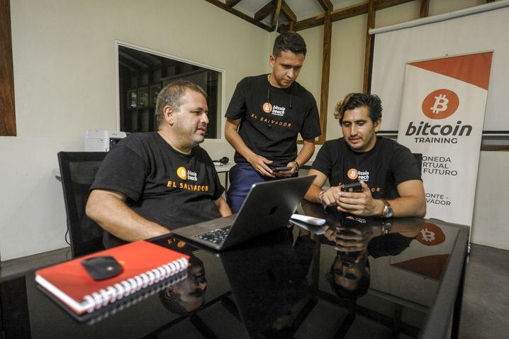 Roman Martínez (rechts) und seine Freunde freuen sich über den Bitcoin-Hype im Land