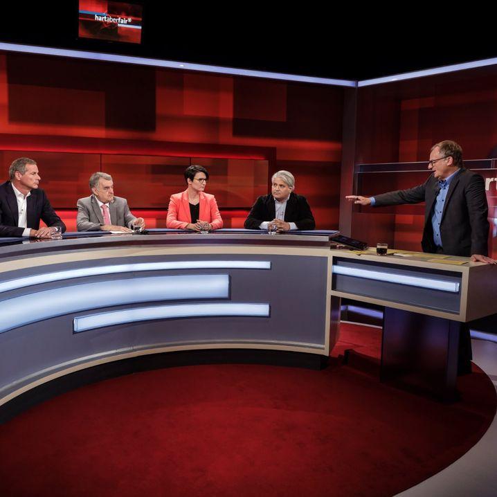 """Moderator Plasberg (r.) mit seinen Gästen: """"Aus Worten werden Schüsse: Wie gefährlich ist rechter Hass?"""""""