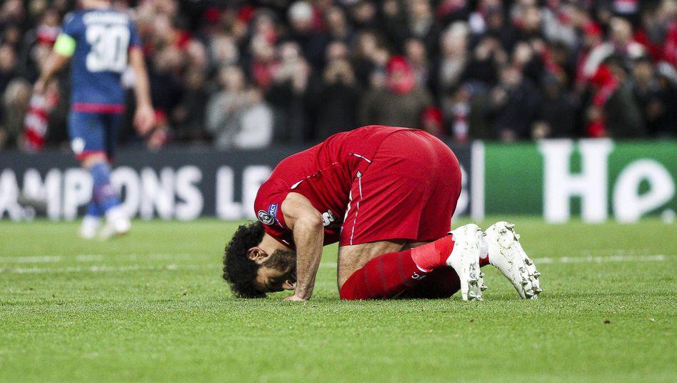 Mohamed Salah betet nach seinem Tor im Spiel des FC Liverpool gegen FK Crvena Zvezda (Archivbild aus 2018)