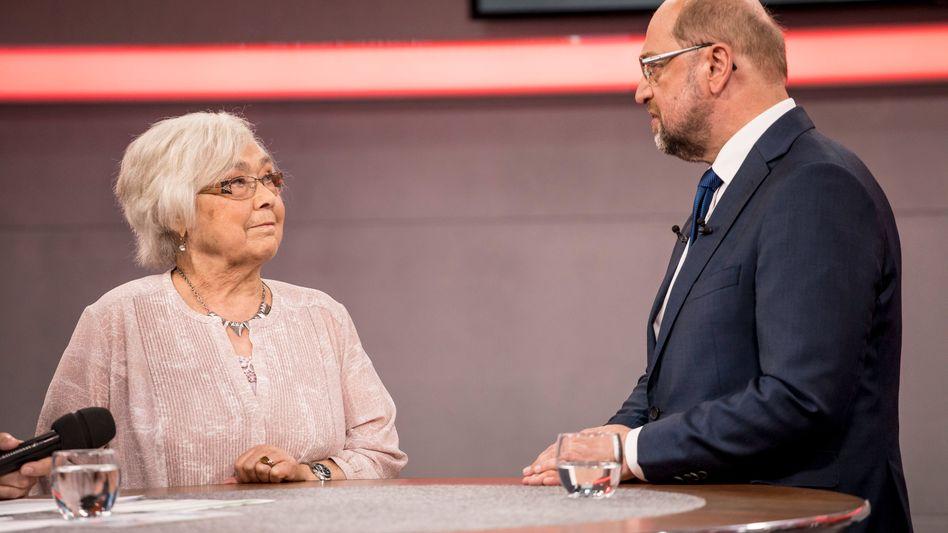 """SPD-Kanzlerkandidat Schulz mit Rentnerin Betty Neumann (in der Sendung """"An einem Tisch mit Martin Schulz"""")"""