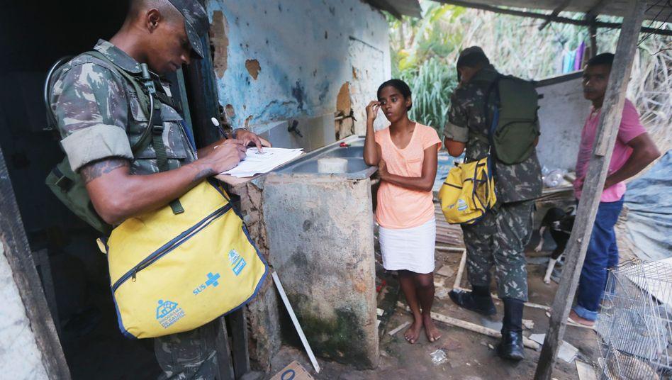 Soldat in Brasilien: Moskitoart Aedes aegypti bekämpfen