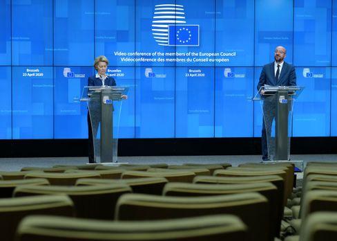 Kommissionspräsidentin von der Leyen und Ratspräsident Michel geben eine Pressekonferenz vor leeren Sitzen