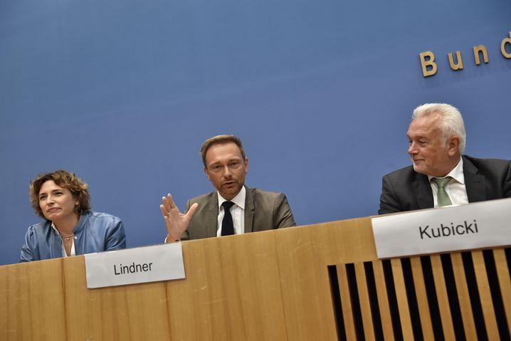 FDP-Politiker Beer, Lindner und Kubicki in der Bundespressekonferenz am Tag nach der Wahl