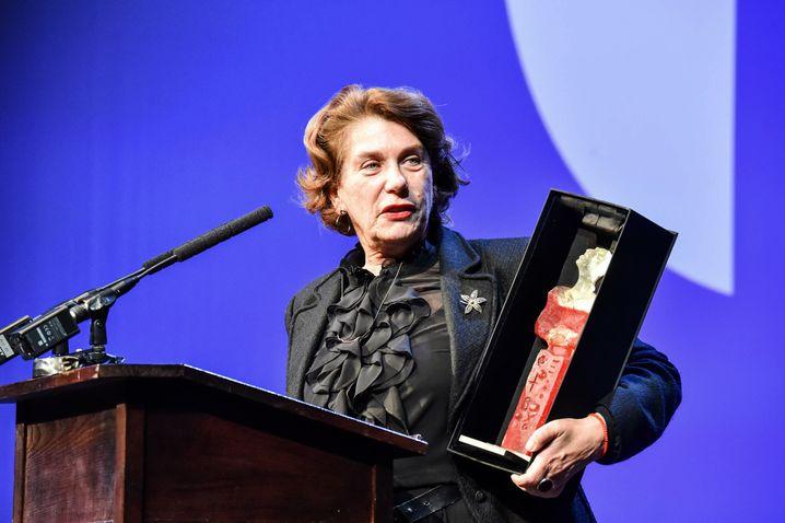 Kirsten Niehuus mit Ehren-Lubina beim Filmfestival Cottbus