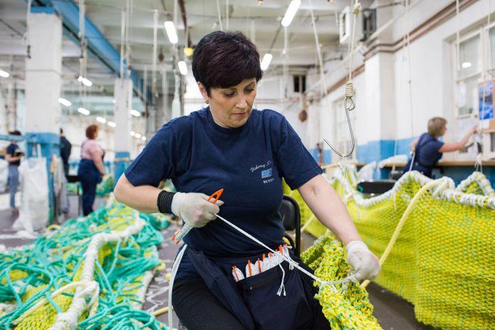 Anna bei der Arbeit eines Schleppnetzes für ein Unternehmen im fernen Osten Russlands, Wladiwostok an der Pazifikküste