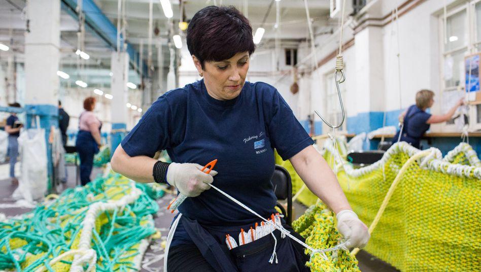 Fischnetze herzustellen, ist harte Arbeit - und sie wird vor allem von Frauen wie Anna Karatschewskaja gemacht. Vom Trubel der WM hält sie sich lieber fern.