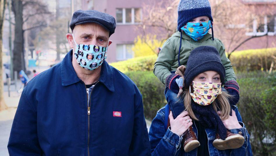 Familie mit selbst gebauten Masken in Berlin: Abstandsregeln müssen trotzdem eingehalten werden