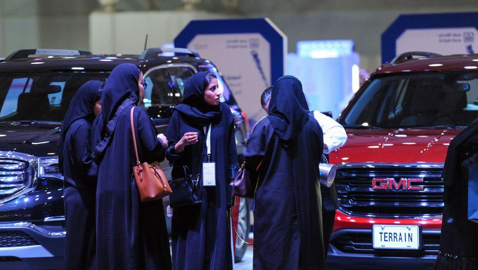 Saudi-arabische Frauen bei einer Auto-Ausstellung