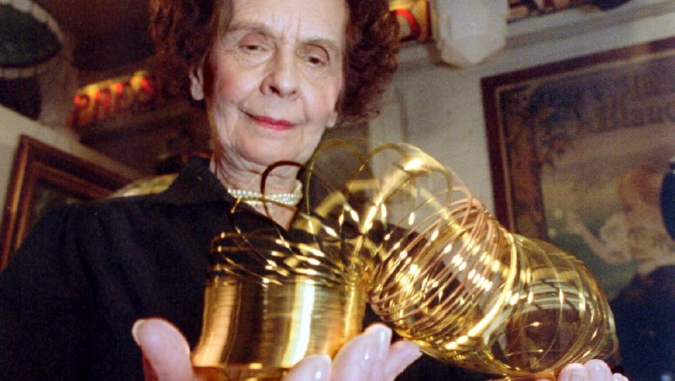Slinky, die treppenlaufende Spirale, in den Händen ihrer gar nicht mehr jungen Erfinderin