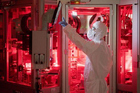 Die deutschen Hersteller könnten, wie hier in der Batterieproduktion bei VW, einer McKinsey-Studie zufolge zum Elektro-Marktführer werden