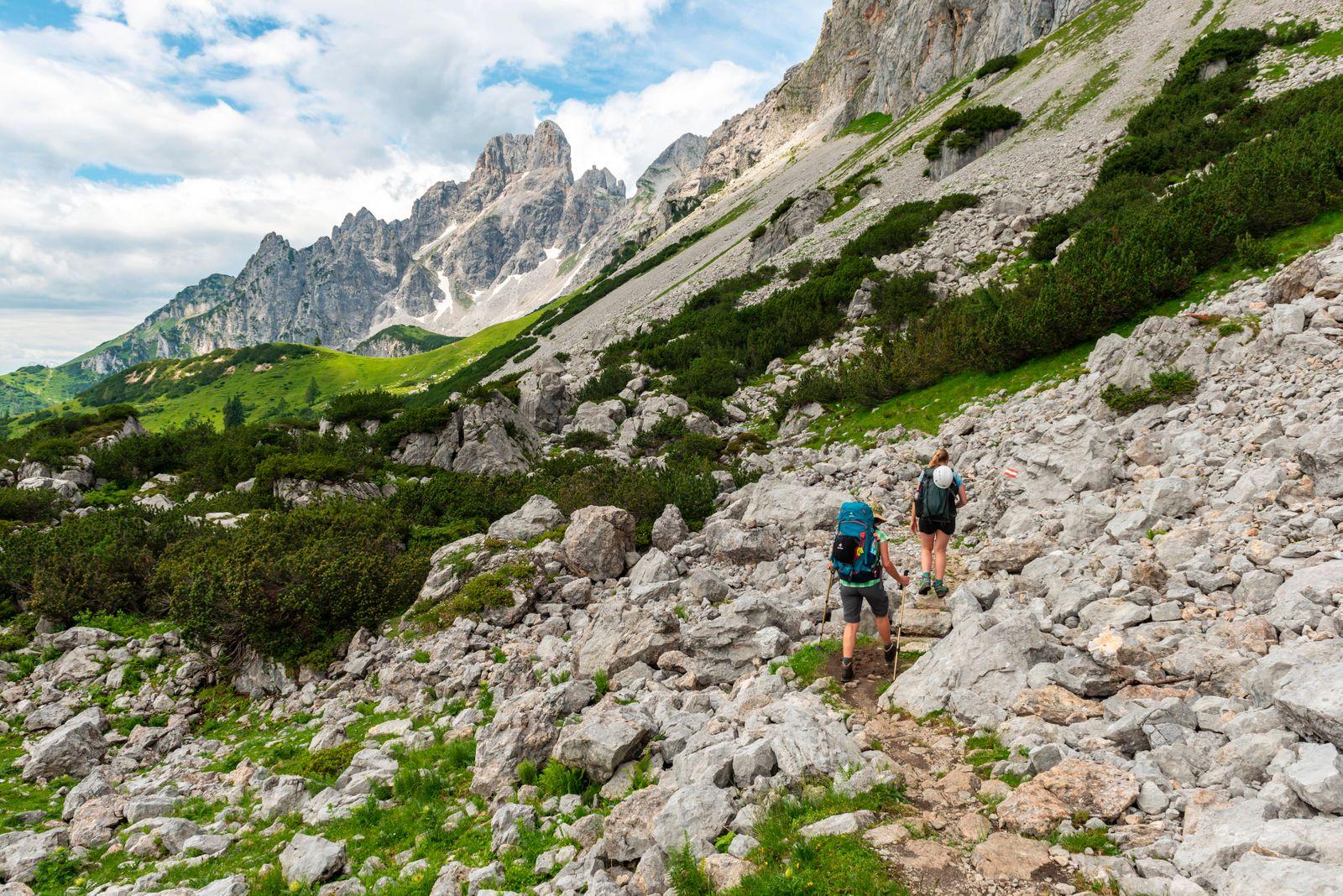 Zwei Wanderer auf markiertem Wanderweg von der Adamekhütte zur Hofpürglhütte, Ausblick auf Bergkamm mit Berggipfel Große