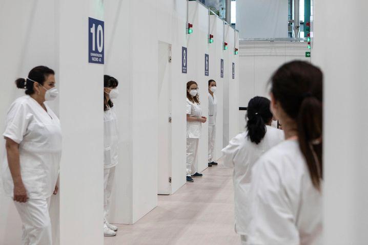 Pflegekräfte in einem italienischen Impfzentrum warten auf neue Besucher
