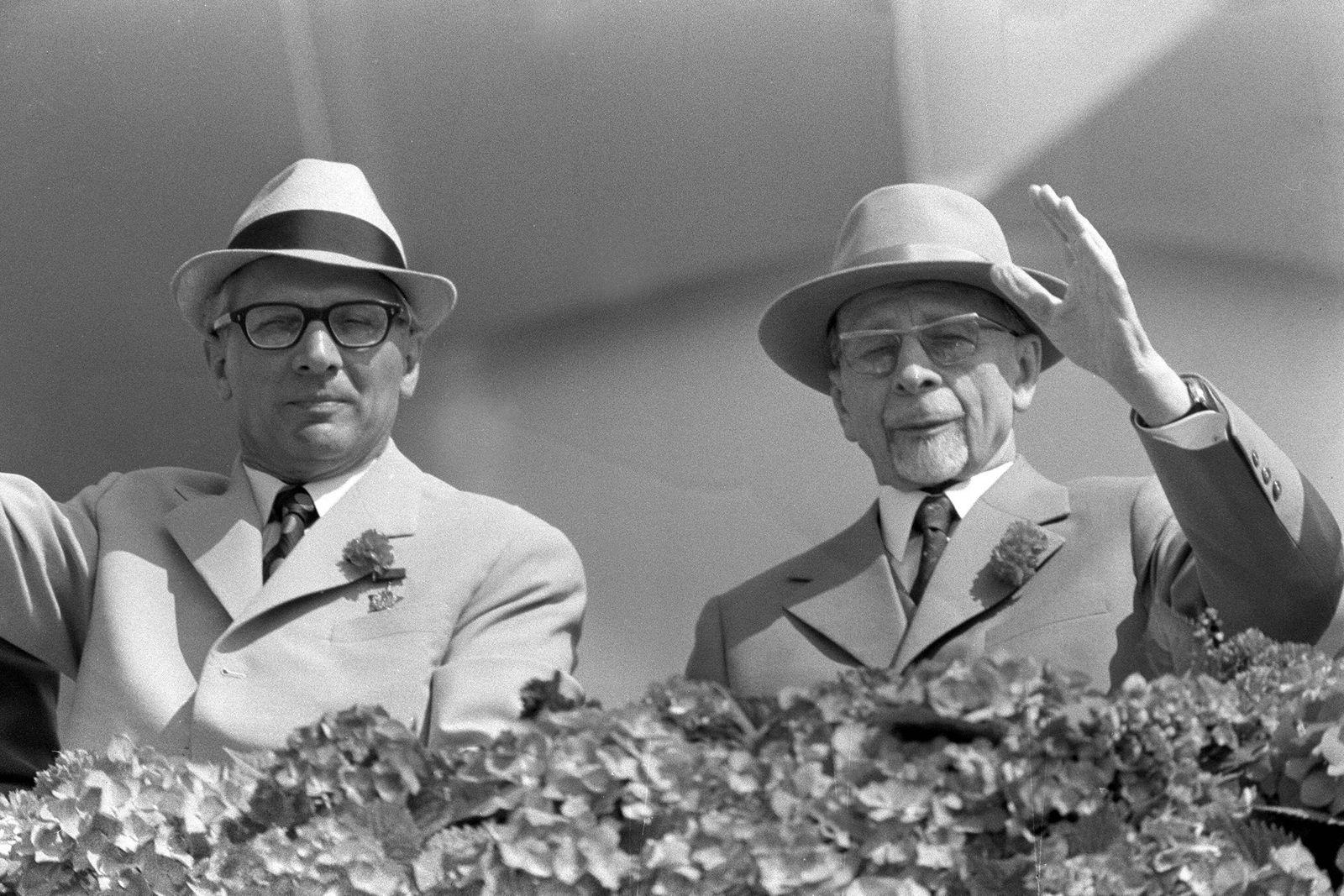 Erich Honecker (li., GDR/1. Sekretär des ZK der SED) und Walter Ulbricht (GDR/SED/Staatsratsvorsitzender der DDR) wink