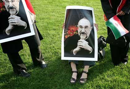Teheran: Eine Moin-Anhängerin versteckt sich hinter einem Plakat mit Präsident Chatami