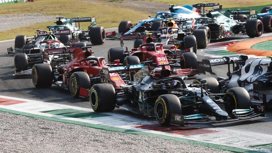 Ungewohntes Bild: Weltmeister Lewis Hamilton mitten im Feld