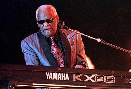 Im Alter von 73 Jahren gestorben: Ray Charles am Piano