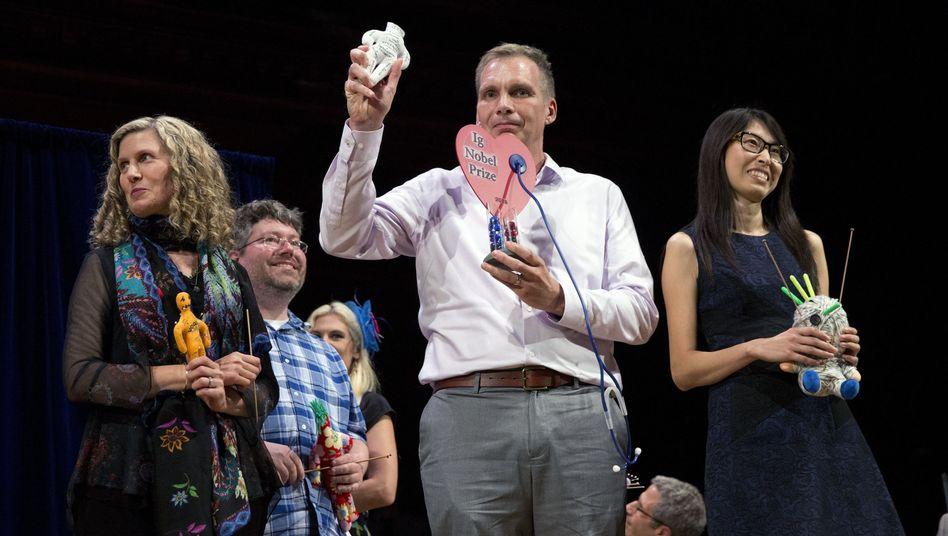 Hanyu Liang (r.) und ihr Team bekamen den Ig-Nobelpreis für Wirtschaft