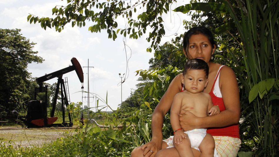 Ecuadorianerin vor Ölpumpe in Lago Agrio: Ölbranche fürchtet einen Präzedenzfall
