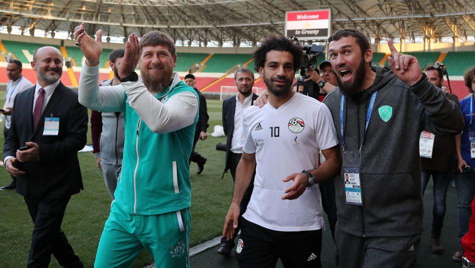 Mohamed Salah (2.v.r.) und Ramsan Kadyrow (2.v.l.) beim Training in Grosny