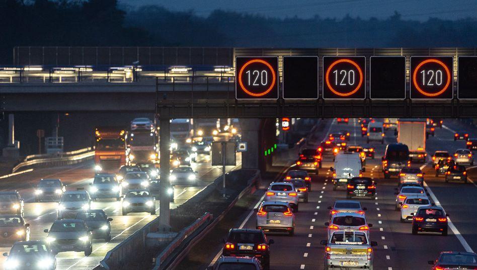 Leuchttafeln zeigen über der Autobahn A3 nahe des Frankfurter Flughafens eine Geschwindigkeitsbegrenzung von 120 Stundenkilometern an (Archivfoto)