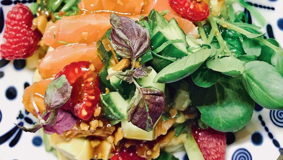 Hawaii meets Baden-Baden: Die Lachs-Bowl ist ein kulinarischer Klassiker der pazifischen Inselgruppe. In der Patrick-Kroll-Variante kommen zusätzlich Gurke, Zuckerschoten und Brunnenkresse in die Schüssel. Der 30-jährige gebürtige Würzburger betreibt neben dem Gourmet-Foodtruck eine Catering-Firma und eine Kochschule. Er wird auch als Privatkoch gebucht