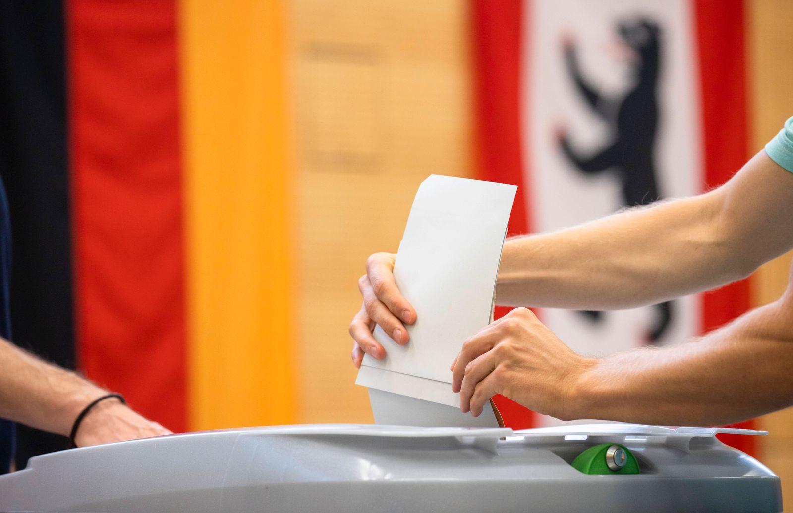 Einwurf der Stimmlzettel in eine Wahlurne in Berlin am 26. September 2021. Wahlen in Berlin *** Insertion of ballot pape