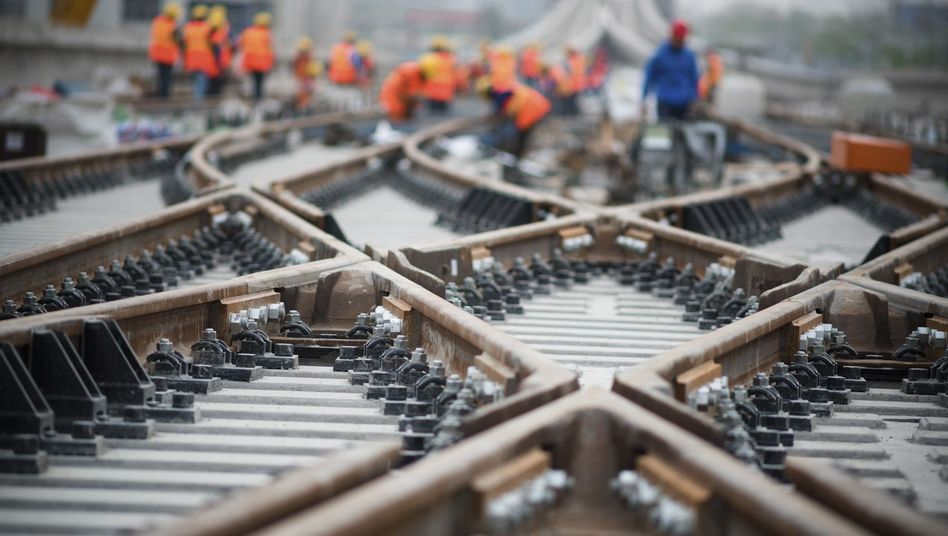 Gleisbauer bei der Arbeit (Symbolbild): Das Umstellen der Weiche könnte Leben retten