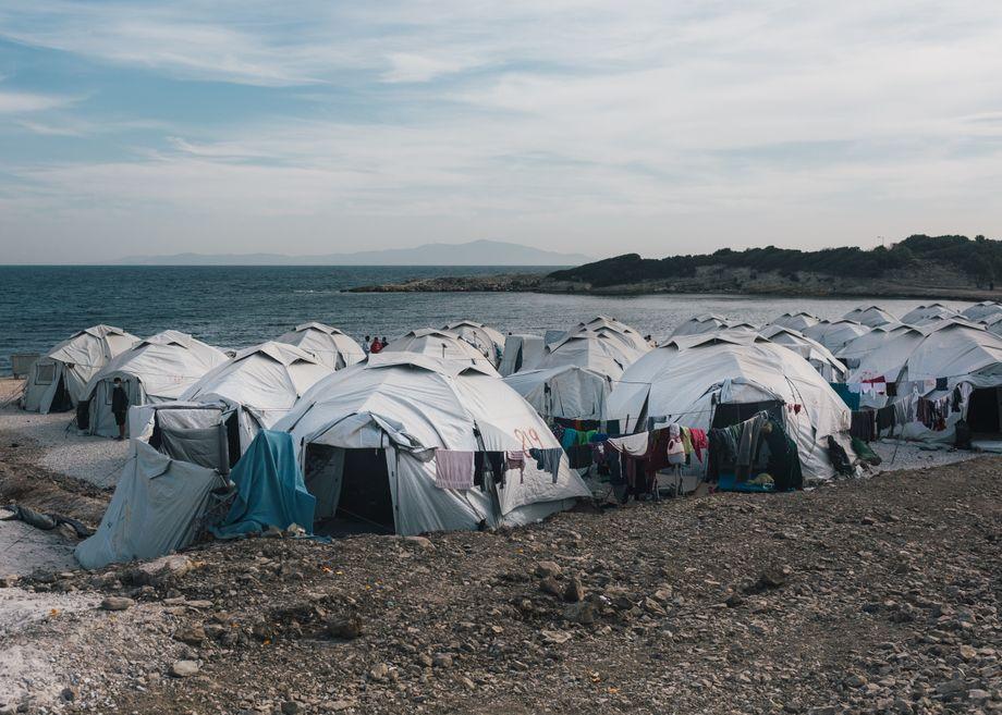 Das Camp liegt direkt am Wasser. Mehr als ein Drittel der rund 7200 Bewohner und Bewohnerinnen sind Kinder und Jugendliche