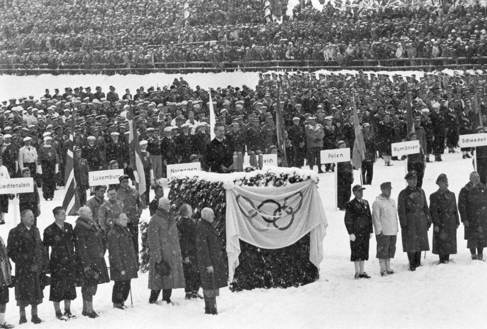 Karl Ritter von Halt, Präsident des Organisationskomitees, hält die Eröffungsansprache im Olympischen Skistadion