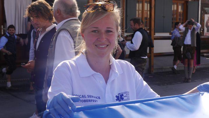 Sanitäterin auf dem Oktoberfest: Ehrenamtliche Hilfe für die Bierleichen